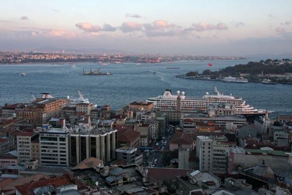 """Круиз """"Южное созвездие"""". Турция. Стамбул. """"Ван Гог"""" (слева за домами)"""
