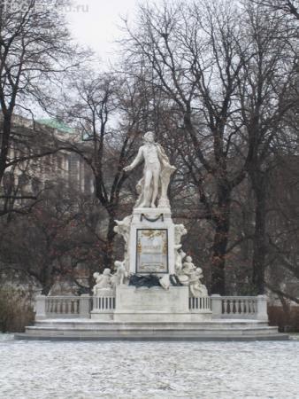 памятник Моцарту в саду Burggaten