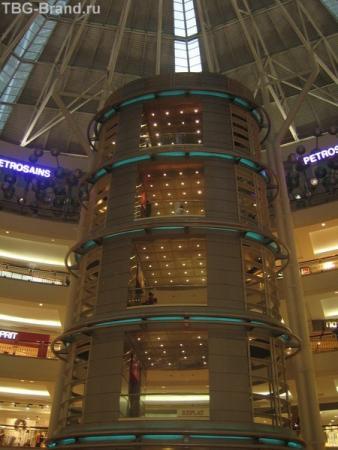 внутри торгового центра Suria KLCC
