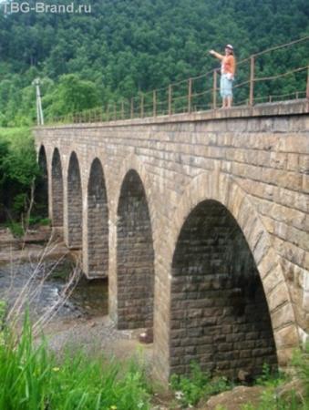арочный виадук был построен с помощью итальянских инженеров и каменщиков - больших мастеров по строительству подобных конструкций