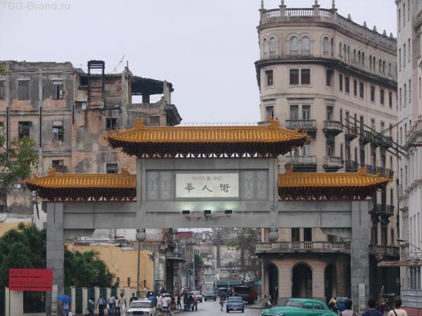 Китайские ворота и жилой район Гаваны