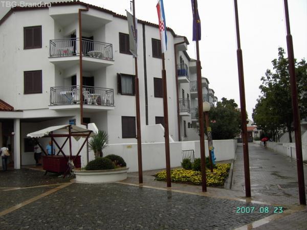Апартаменты «PUNTA VERUDELA» - более старый комплекс, где нет кондиционеров. Он напоминает маленький городок с тесными улочками и рядами трехэтажных домов по бокам.