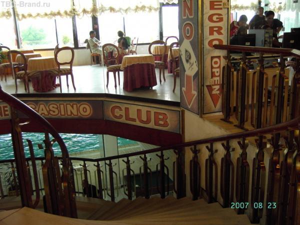 Отель Истрия - самый комфортабельный отель комплекса. Внизу - закрытый бассейн, биллиярд и настольный теннис, вверху справа - интернет.