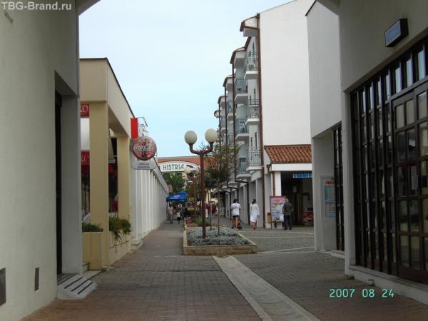 Справа - главная рецепшн туристического комплекса, слева - маркет, прямо - торговая улочка