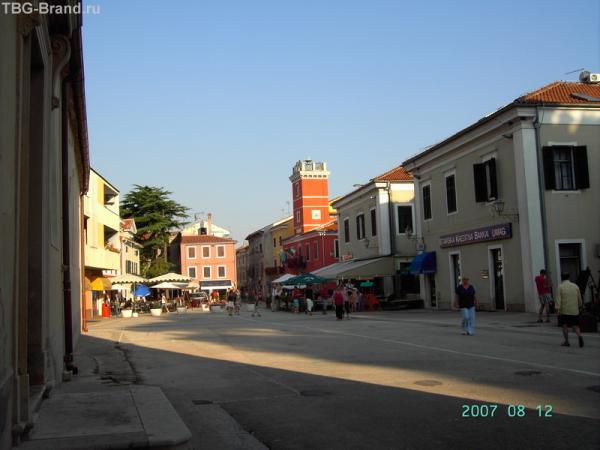 Новиград. Вот такая площадь открывается за проходом.