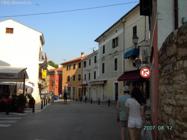Новиград. На то, что справа улочка, указывает пока только знак :)  А улица - прямо за знаком.