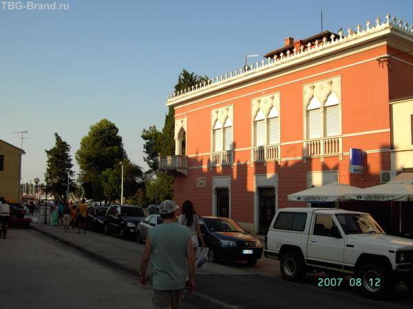 Новиград. Дом напротив отеля-стены.