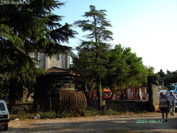 Новиград. Все познается в сравнении - те же бочки на фоне людей и машины.