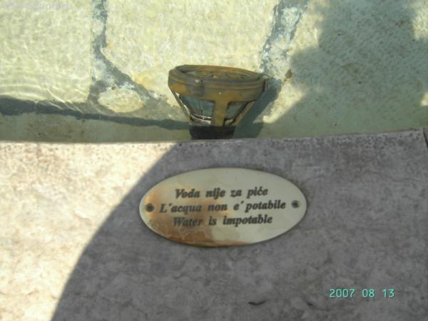 Ровинь. Табличка на фонтане - вода не для питья!