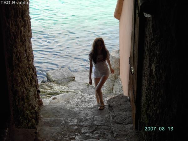 Ровинь. Дверь открыта, а там - проход к морю.