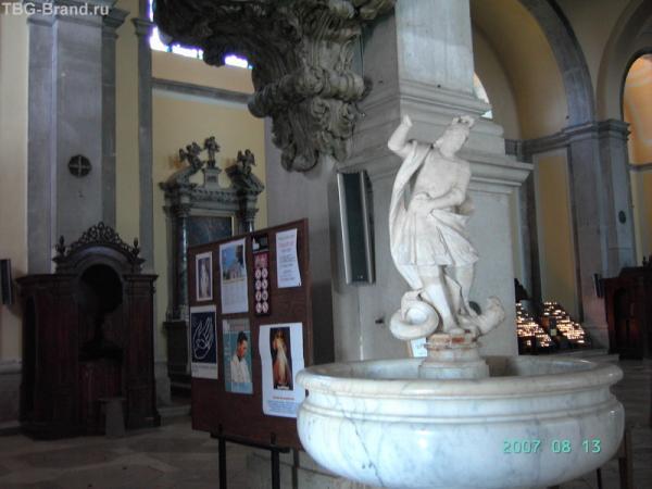 Ровинь. Собор. Чаша, в которую католики обмакивают пальцы в святой воде перед тем, как перекреститься.