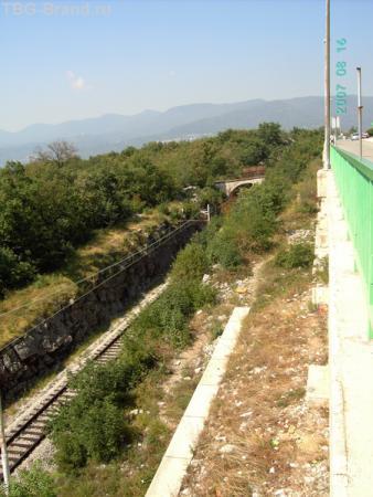 А здесь рядом с заправкой проходит железная дорога