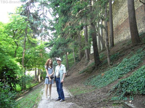 Справа - парк Рыбняк, слева - стена, опоясывающая Каптол
