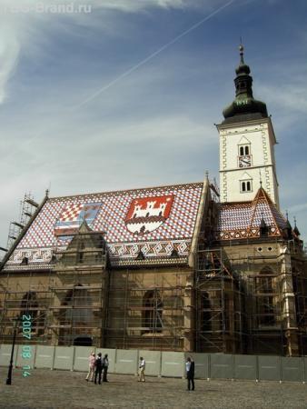 Церковь св. Марка. На мозаичной крыше из цветной черепицы - гербы Хорватии и Загреба