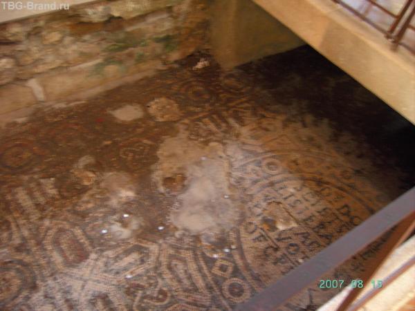 Мозаичный пол прежней большой базилики