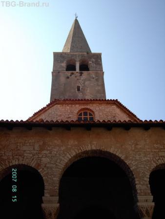 Здание крестильной, за ним колокольня