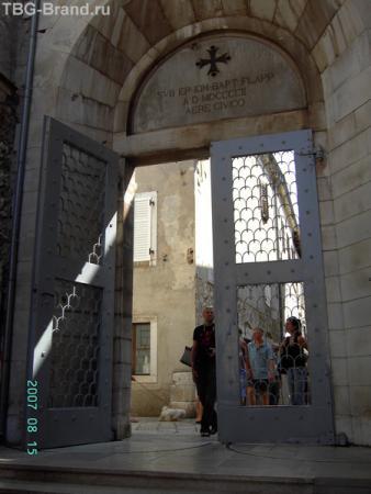 Ворота комплекса с внутренней стороны