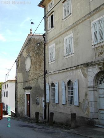 Крайняя слева - Церковь Девы Марии