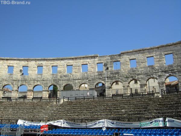 Когда-то арена вмещала 20000 зрителей, теперь на синих сиеньях помещаются только 5000