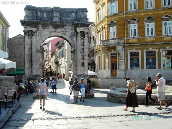 Триумфальная арка Сергиевцев - перед ней были Золотые ворота (на земле они отмечены столбиками, большие круги - это места башен