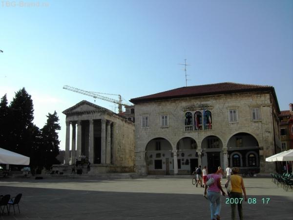 Храм Августа - слева - и Ратуша