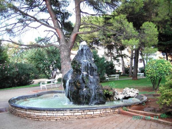 Я назвала фонтан Плитвичкой - находится напротив ворот Близнецы