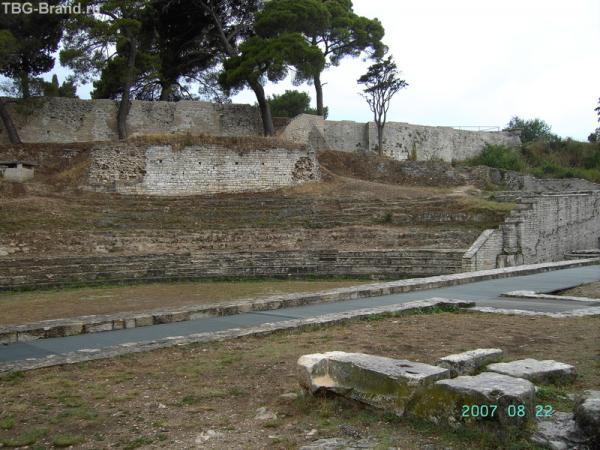 Развалины малого Римского театра за двойными воротами