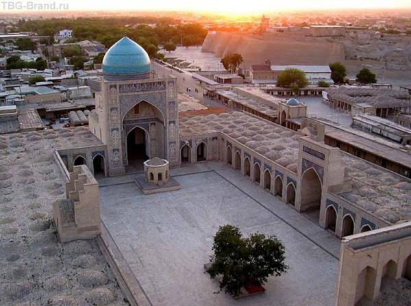 Бухара. Мечеть Колон. Справа вверху видна крепость Арк