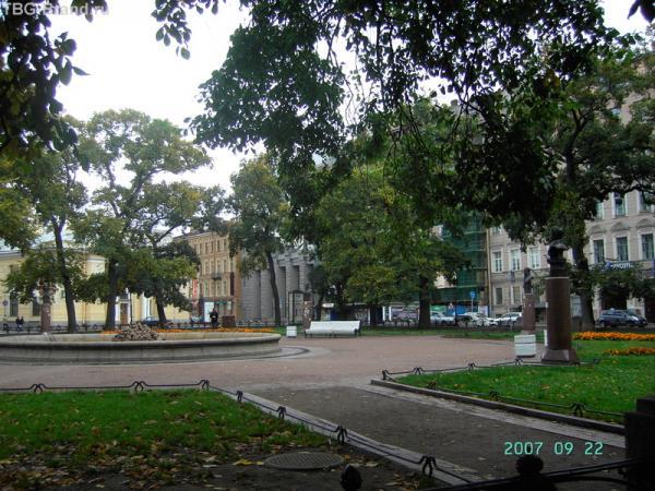 Манежная площадь сегодня 22 сентября 2007 года. За зеленой сеткой - Дом кино
