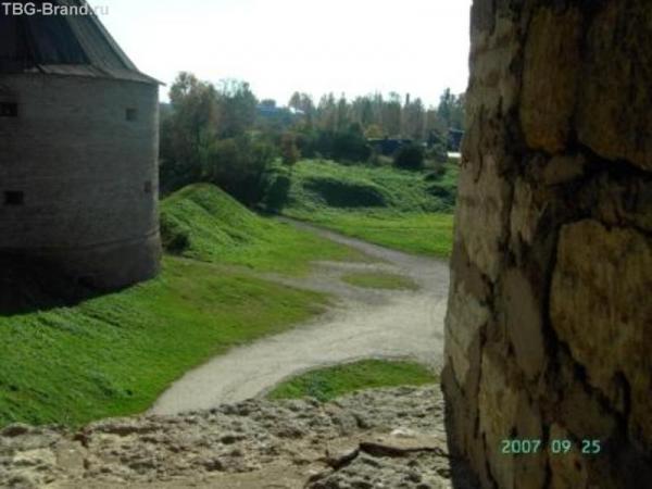 из бойницы Воротной башни - на Климентовскую башню и дорогу в крепость