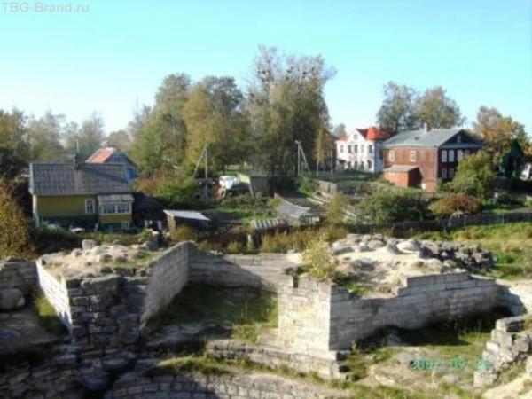 Белое здание - музей археологии, деревянный дом рядом - музей быта