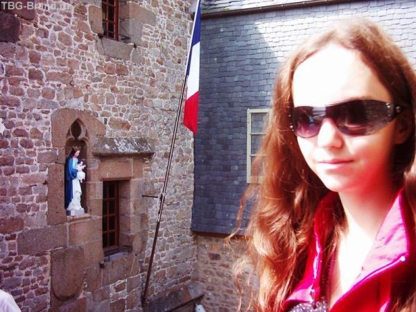 Мадонна с младенцем в стене над воротами