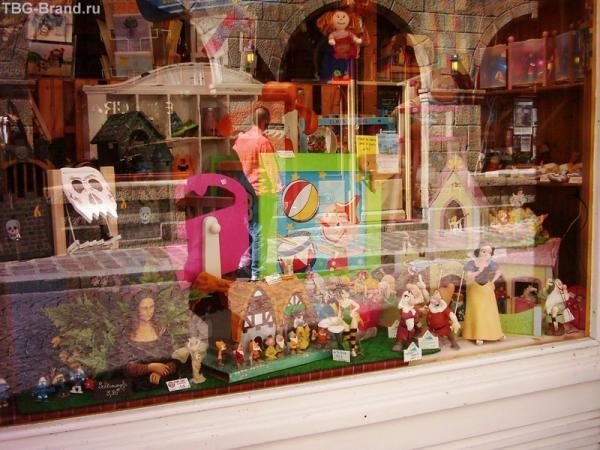 Джоконда в витрине магазина игрушек (леый нижний угол)