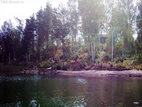 Взгляд на домик (наверху), пирс и пляжик со скамеечкой (внизу) - с лодки