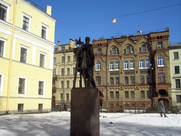 За спиной у Клодта - памятник Николаю