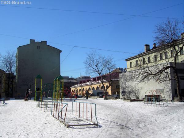Весь Бугский переулок. От сад РАХ. Впереди - за детской площадкой - здание Андреевского рынка