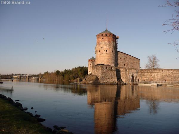 Крепость Олавинлинна. На заднем плане мост, по которому мы приехали