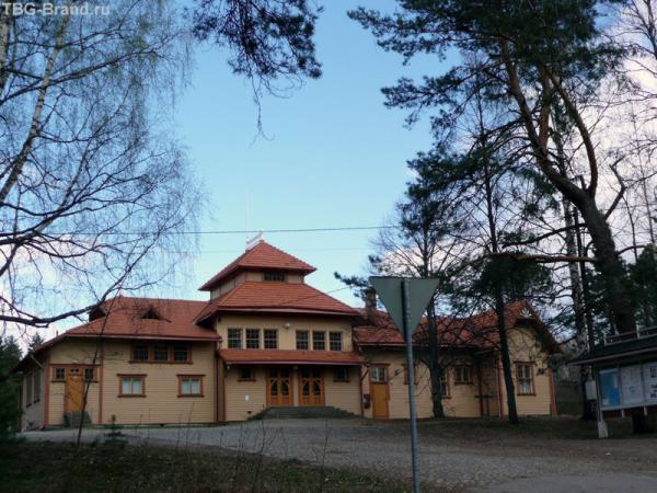 Вокзал Лусто со стороны памятника финским лесорубам