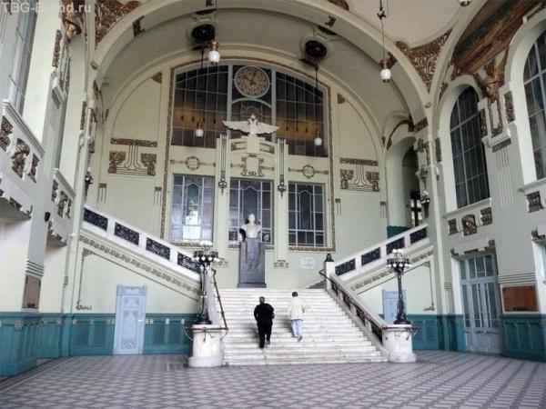Тот самый парадный вестибюль, к которому приходится идти мимо касс :)