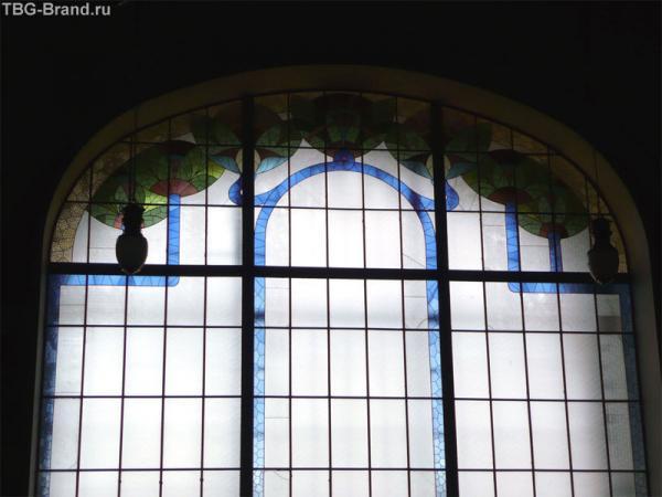 Свет - от этого огромного окна на два этажа.