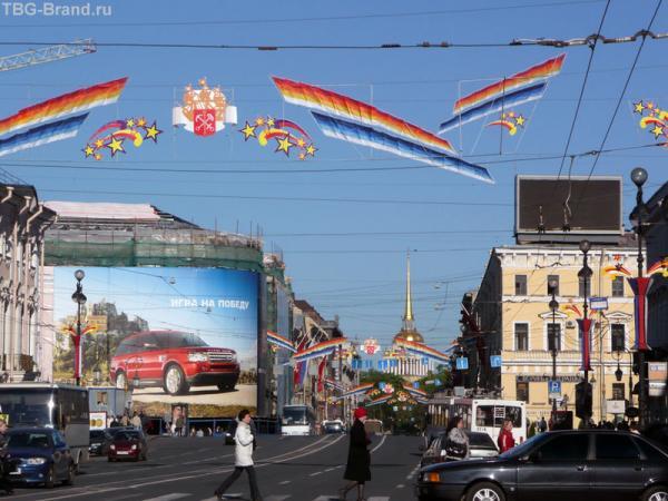 Диск - слева за огромным рекламным баннером с автомобилем.