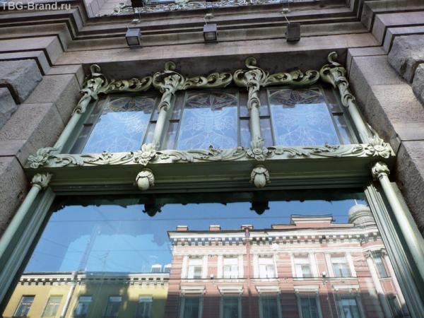 Одно из окон Елисеевского с отражением Мал. Садовой