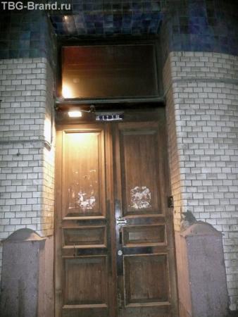 дверь под аркой