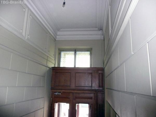 Простой геометрический узор на стеклах над входом. Виден только из дома.