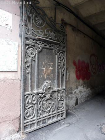 Ворота двора - пока еще те, что помнят Набокова. Сейчас идет повальная замена на новые, которые позволяют использовать кодовые замки.