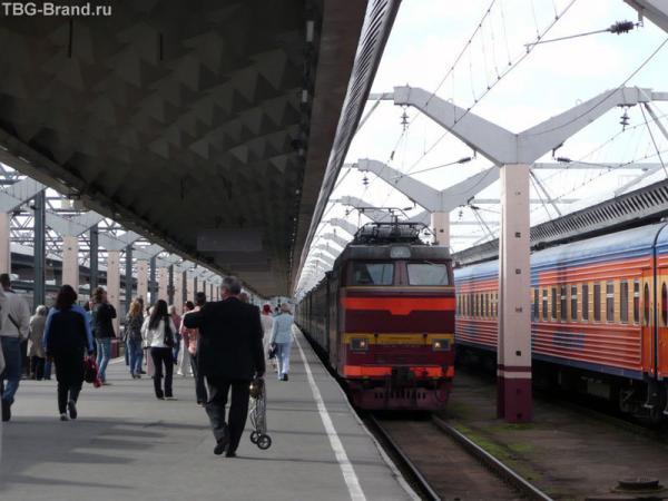 Поезд Москва-Петербург прибывает на 5-тый путь...