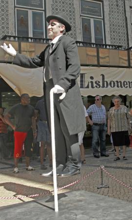 Живая скульптура - зависший человек.