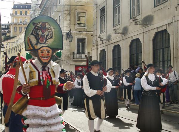 Праздник иберийской маски в Лиссабоне.Волынщики Галиции
