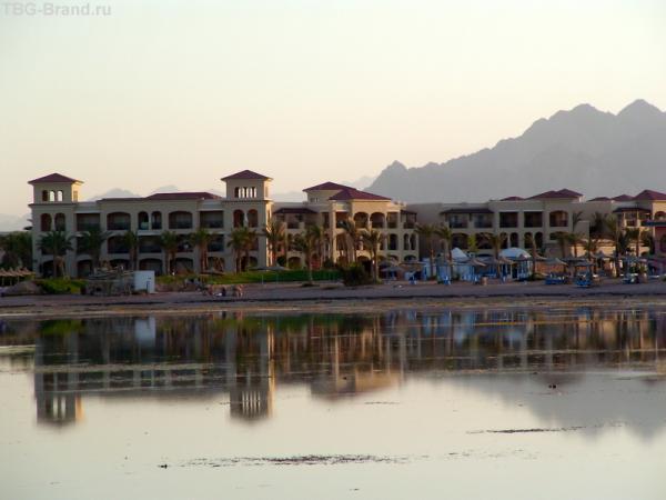 панорама отеля со стороны моря