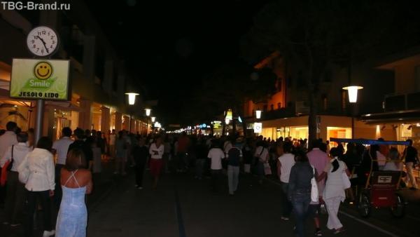 Вечером на главной улице не протолкнуться...